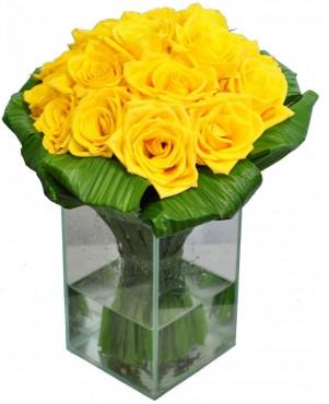 Rosas Amarelas no Vidro Médio